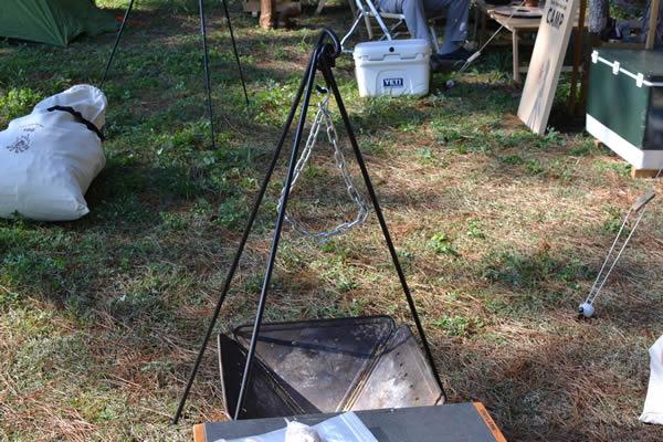 キャンプ 焚き火 料理 吊るし肉