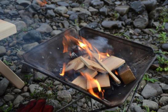 雨 キャンプ 焚き火 河原