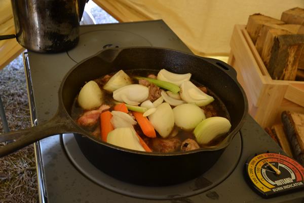 キャンプ 料理 スペアリブ 煮込み コーラ煮 薪ストーブ ロッジ ダッチオーブン コンボクッカー 鋳鉄 LODGE