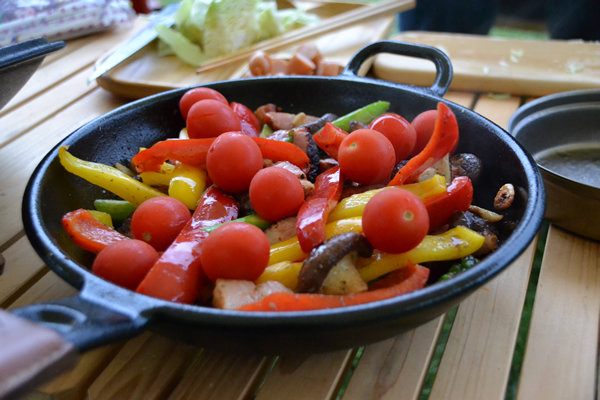 キャンプ 料理 いろどり野菜 炒め物 スキレット