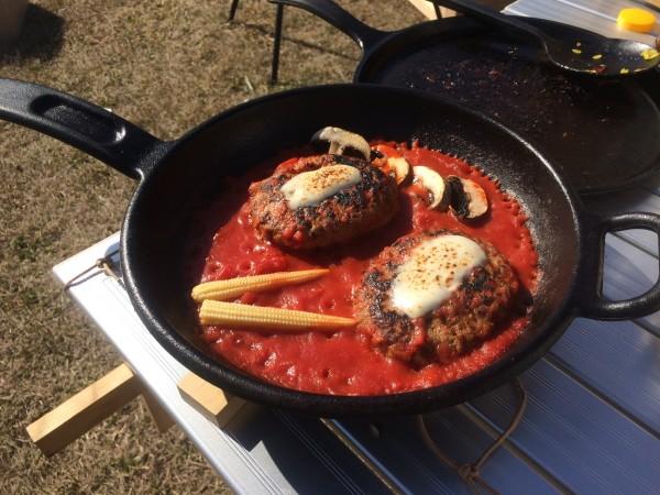 キャンプ 料理 ハンバーグ ダッチオーブン