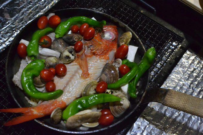 キャンプ 料理 スキレット ロッジ フライパン 魚 金目鯛 アクアパッツァ 煮込み