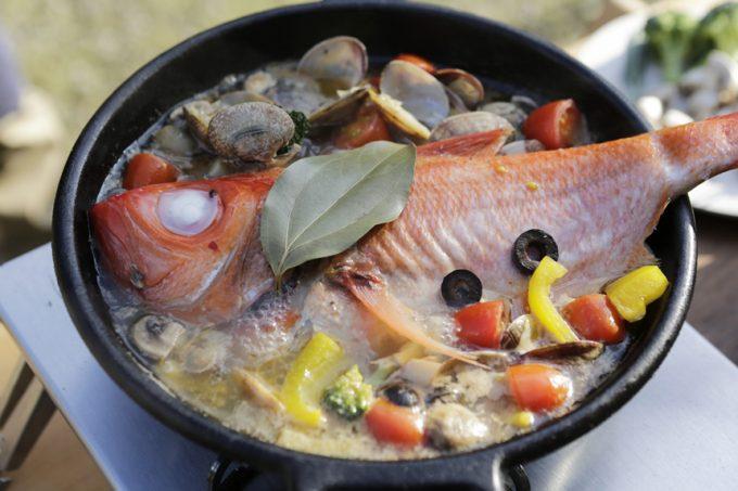 キャンプ 料理 ダッチオーブン スキレット 魚 金目鯛 アクアパッツア