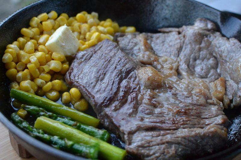 キャンプ 料理 肉 スキレット ステーキ