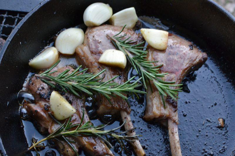キャンプ 料理 肉 スキレット ステーキ ラム肉
